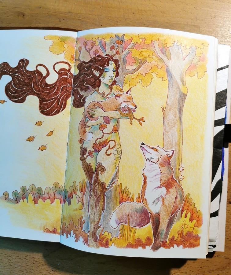 Une dryade portant un renardeau dans ses bras - un renard l'accompagne